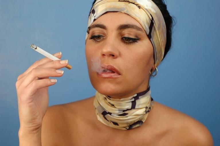 Lady Smoking © Abdone